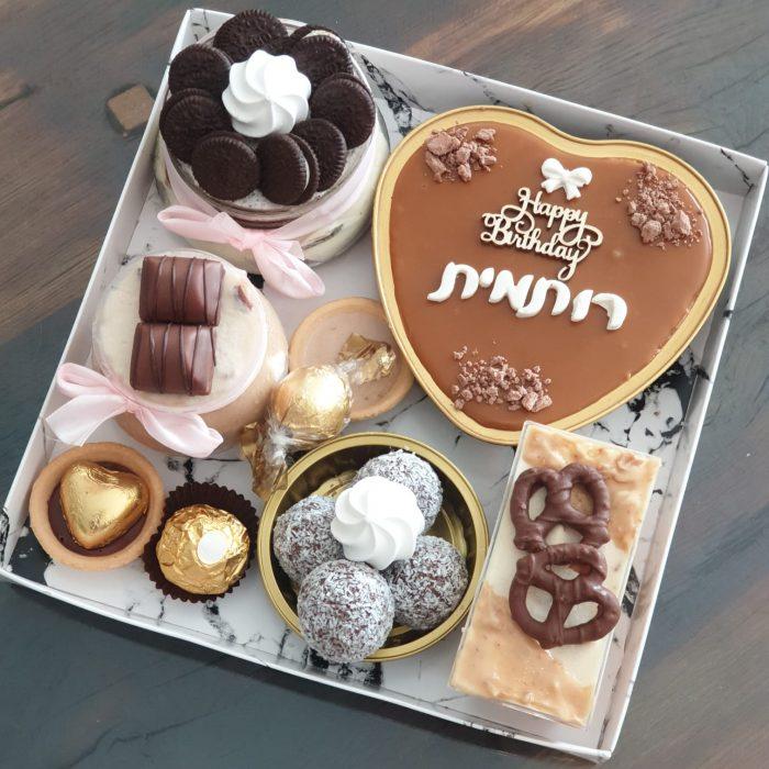מארז קינוחים - חגיגה מתוקה בינוני