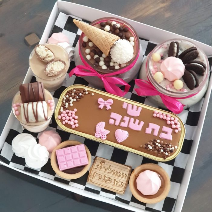 מארז יום הולדת משולב עם עוגות וכדורי שוקולד להזמנה